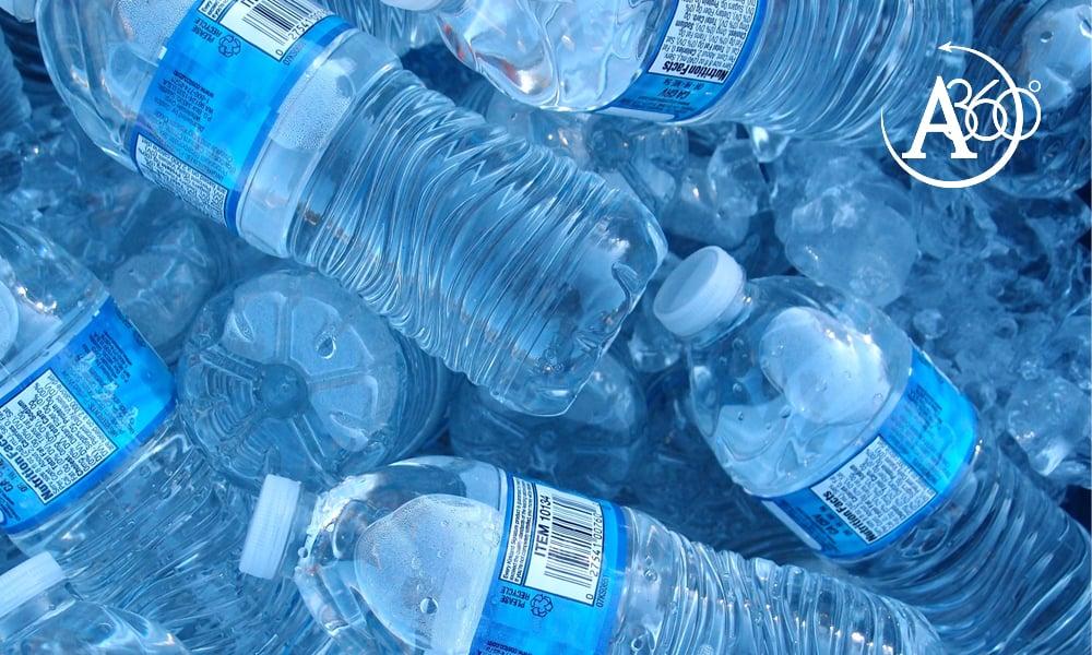 L'acqua in bottiglia di plastica:  fa male?