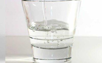 L'acqua in bottiglia di plastica fa male?